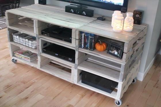 Stolik RTV z drewna z palet